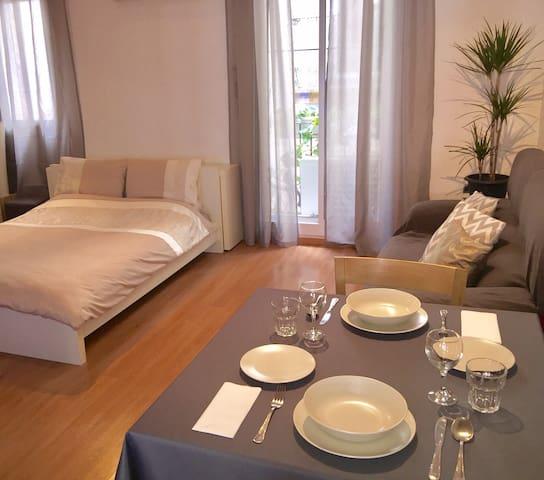 Comfortable quiet room with AC & private bathroom - Barcelona - Lägenhet