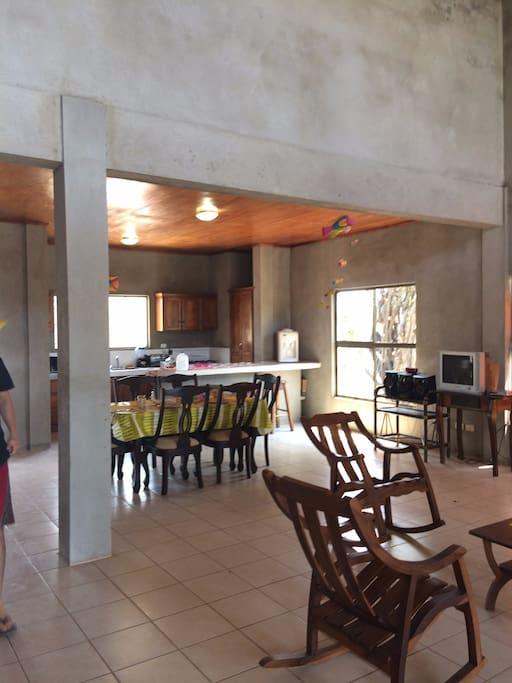 Primera vista cuando entras. Al fondo cocina y desayunador, comedor, sala de estar. TV y Equipo de sonido.