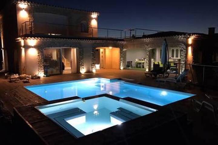 Jolie chambre calme au sein d'une magnifique villa
