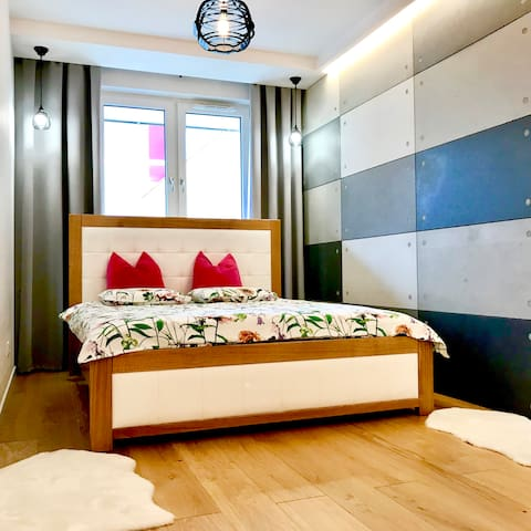 New Wave Apartment Big & Beautiful - garage