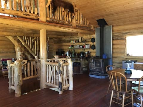 Rustic Log Cabin minutes from Downtown Lewistown