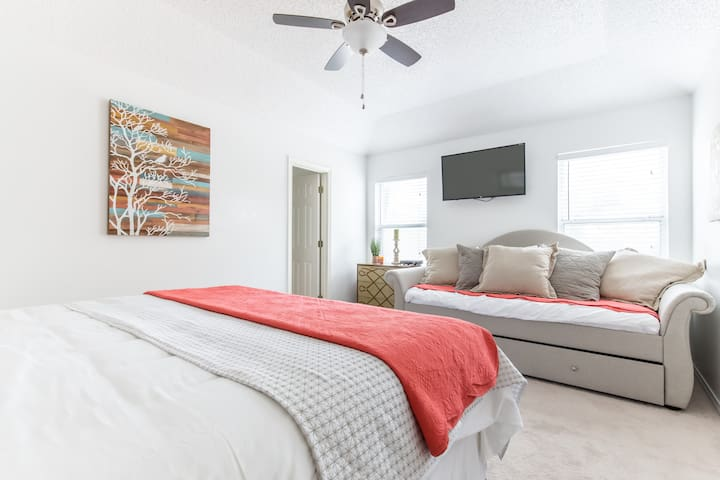 Updated- 10 real beds! Near Stadium - Arlington