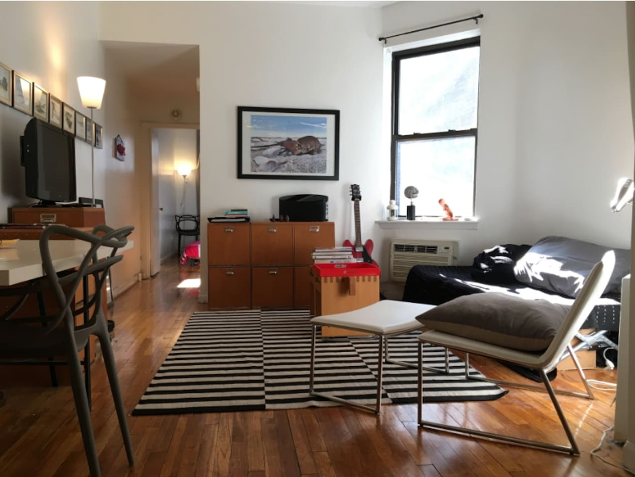 Upper East Side, 86th Street subway station. Bed room with king size bed, living area with apple-TV, fully equipped Eat-In kitchen. Charming, quiet & spacious.
