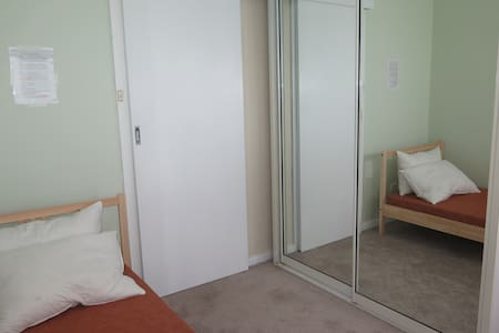 PRIVATE ROOM - 15 MINS TO CBD - House
