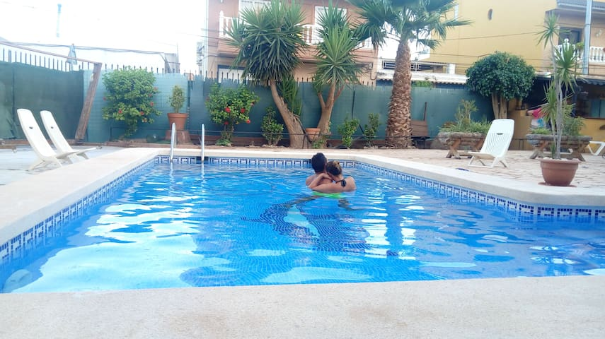Dormitorio privado junto a la piscina