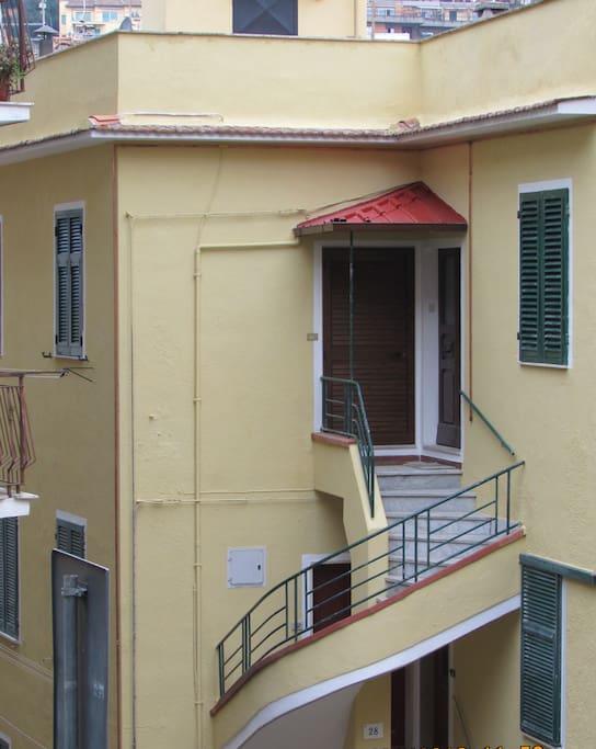 Ingresso all'appartamento con rampa di scale
