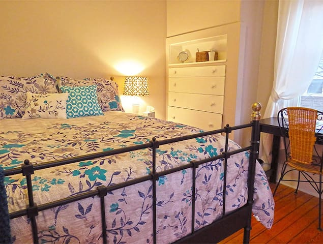 Sunny, quiet room, walk to Brown & RISD! - Providence - House