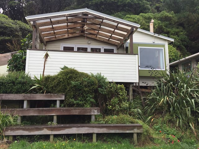 Character beach cottage/traditional NZ bach. - Porirua - House