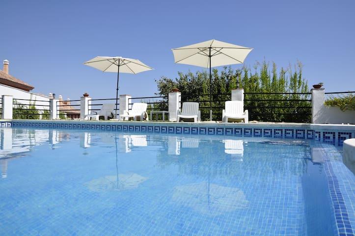 Villa con grandes jardines y vistas al mar