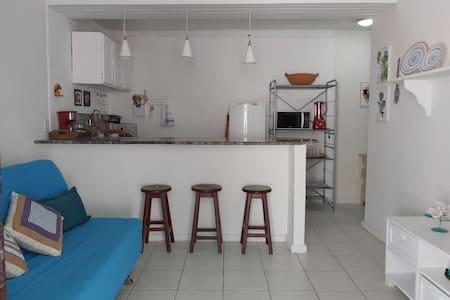 Apt térreo estilo casa de praia em condomínio