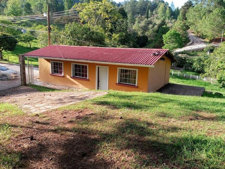 Casa de Campo cerca del sendero Las Golondrinas
