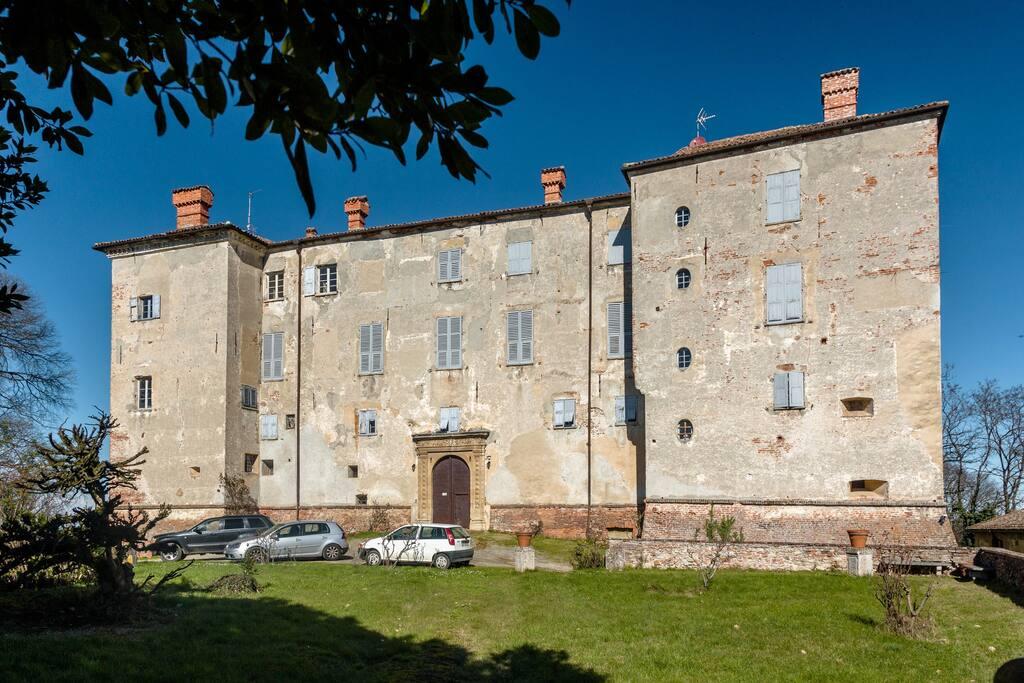 OS Castle - Dimora Storica - Romantico appartamento nella torre del Castello di Tassarolo - La facciata