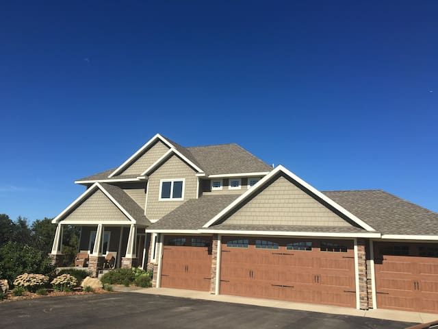 21 miles from Hazeltine National Golf Course - Delano - Hus