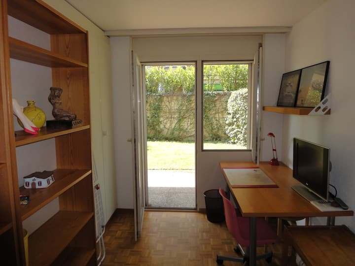 Independent room close to lake of Geneva