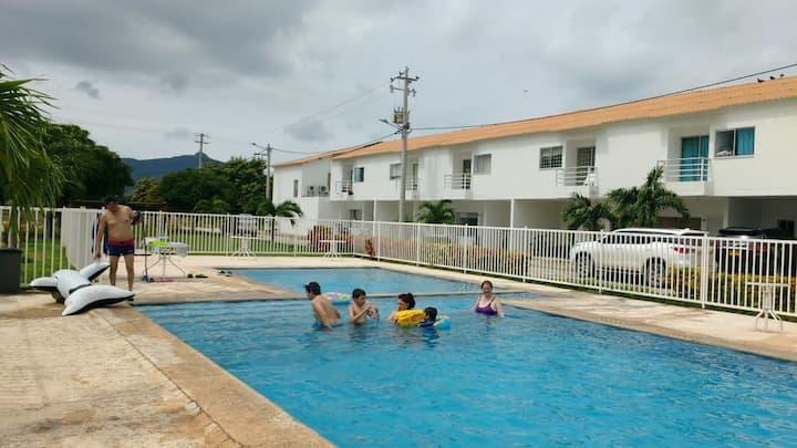 Casa en conjunto con piscina