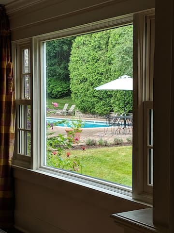 Spacious guest room w/pool, tennis court