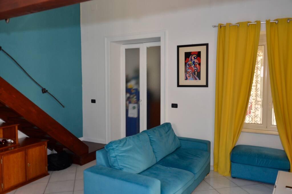 Design pulito,colori caldi,mobili scelti con cura ti faranno sentire come a casa. Clean design, warm colors, furniture chosen with care will make you feel at home.