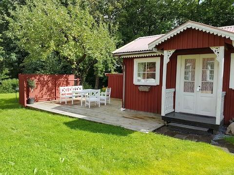 Charming guest house by the lake and close to the town of Alingsås