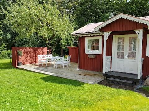 Charmig gäststuga vid sjö och nära staden Alingsås