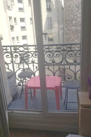 Lit dans studette équipée en plein centre de Paris