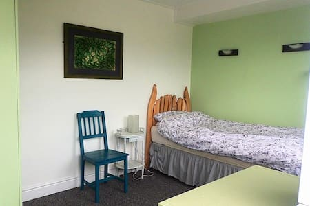 Peaceful Room with stunning views. Free parking