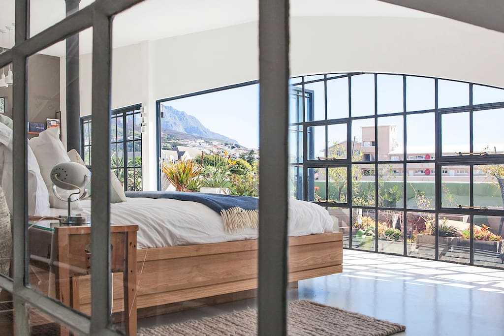Waking up with a view of TableMountain, the city and the harbour