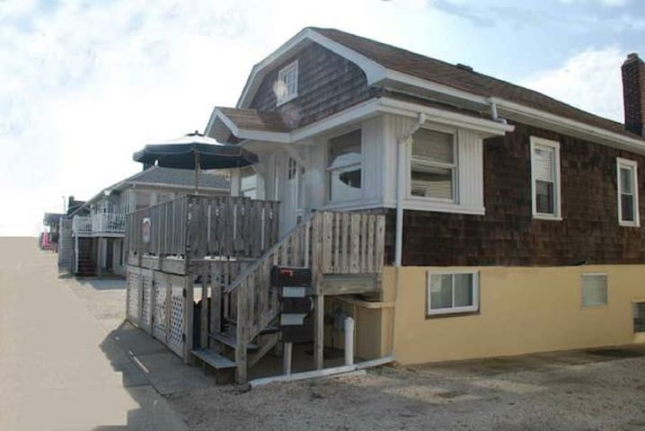 GREAT LOCATION (6) HOUSES  TO BEACH (2 BD/2 BA)