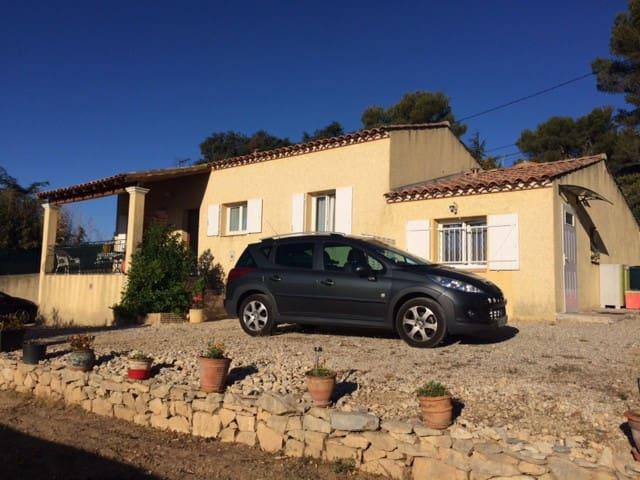 Studio en villa, meublé /jardin/parking, au calme