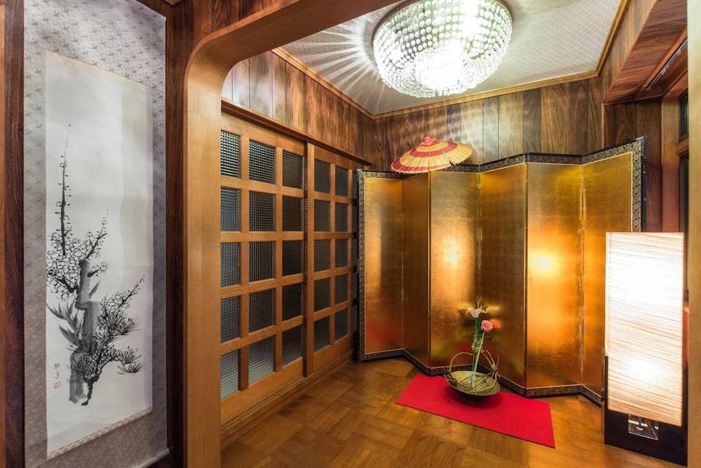 Luxurious gold folding screen will greet you in the entrance .