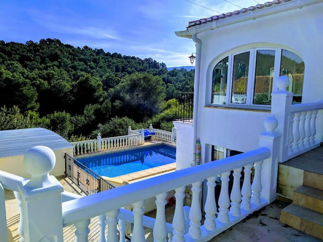 Room with double bed in Villa Joya pool and forest