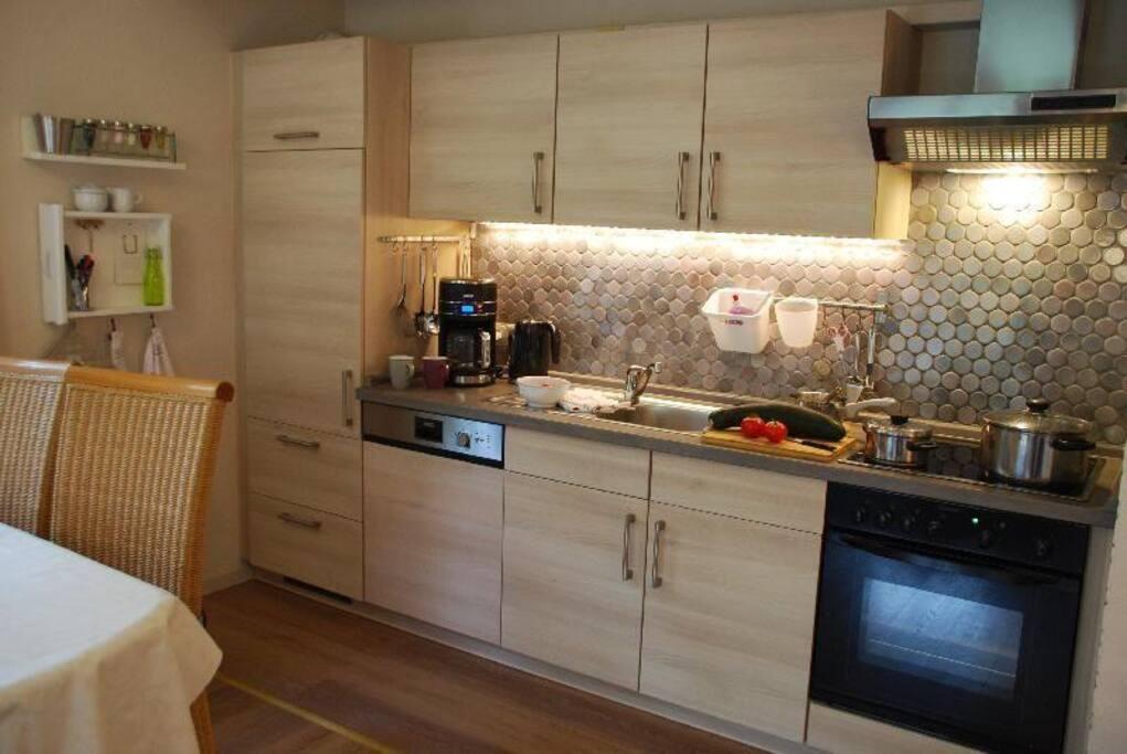 Die Küche mit Geschirrspüler, Cerankochfeld und Umluftbackofen.