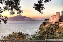 Vista della Chiesa della SS. Annunziata con Vesuvio sullo sfondo dalla Villetta Paradiso.