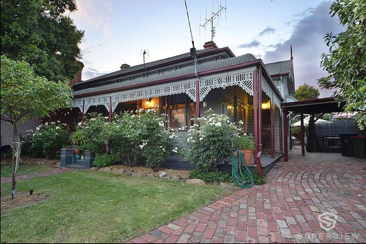 Unique cottage 4 blocks from town and Train. - Bendigo - Haus