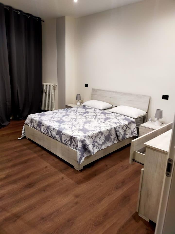 Confortevole camera matrimoniale Asti centro