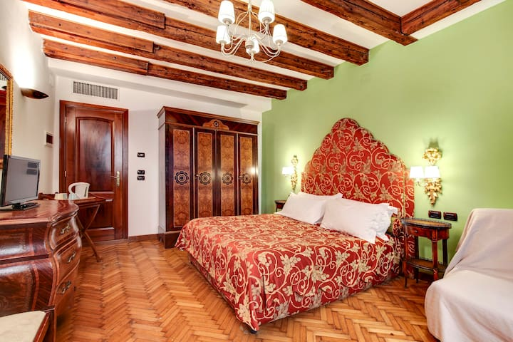 100 meters from Piazza San Marco! 2-bedroom flat