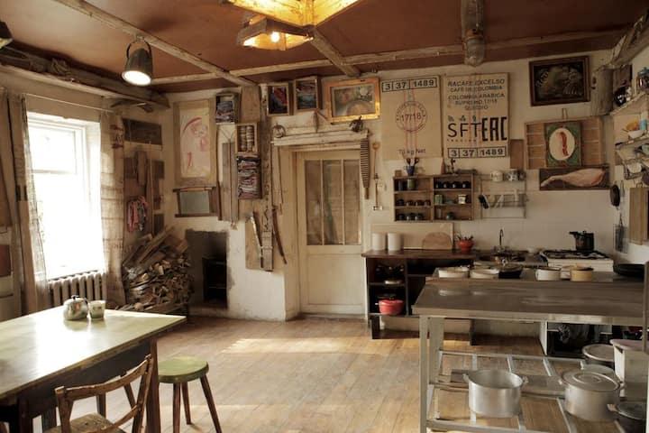 Дом художника с русской печью .