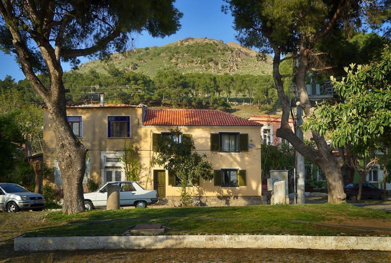 Bergama'nın en iyi korunmuş olan Kale Mahallesi'nin meydanında, hemen arkanızda akrapol tüm güzelliğiyle görünüyor.