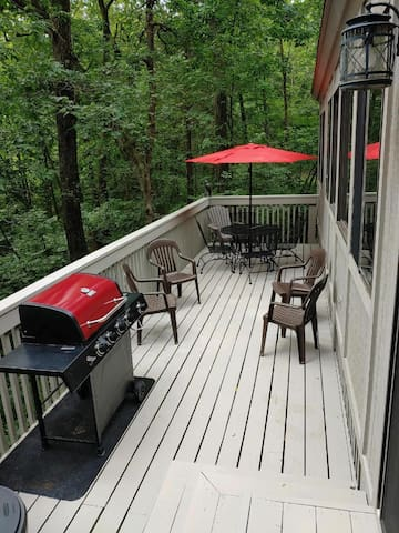 Outdoor Hot Tub, Deck w/BBQ, Large Dining Area for your Family & Friends!