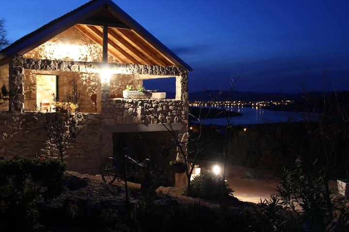 Willkommen im Ferienhaus Mazalin - Tisno - Hus