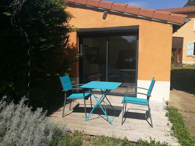 Logement confortable de deux pièces avec jardin