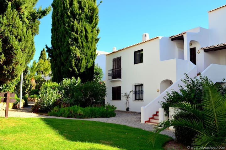 An apartment with sea view within walking distance of the beach, swimming pool and Albufeira