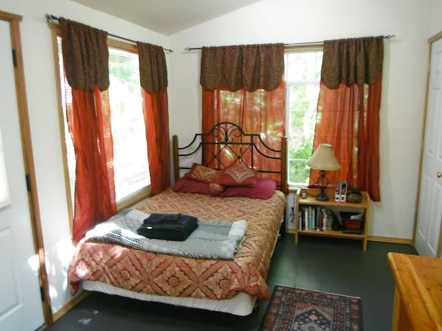 Crow's Nest-romantic, quiet retreat - Kingston - Srub