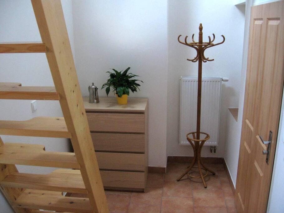 předsíň se schody do patra