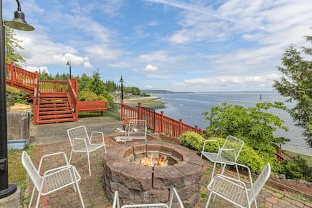 NEW LISTING! PING family suite w/ WiFi, cable, waterfront & view w/ fire pit!