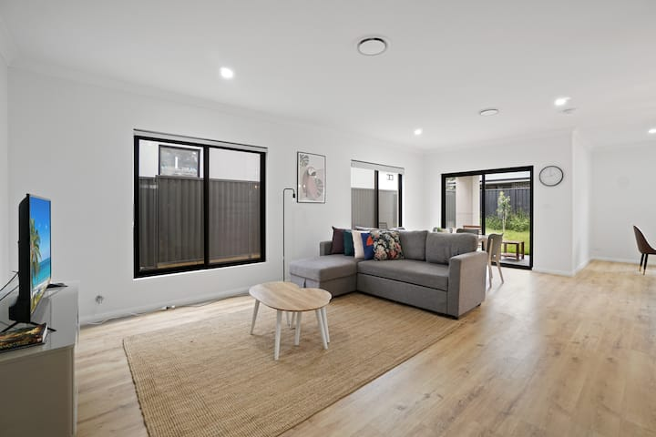 Rouse Hill Large 4 Rooms House @Town Center