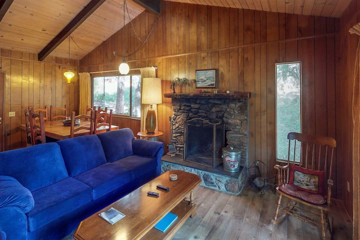 Cozy chalet near lake w/ kitchen, wood stove, deck & free WiFi