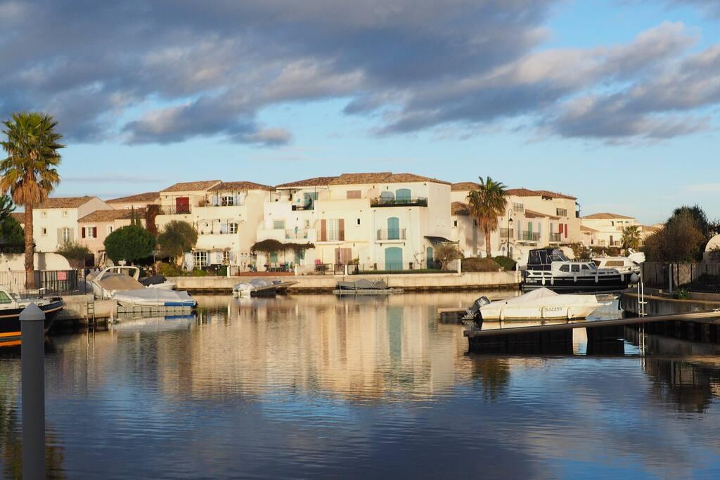 Des vacances dans une marina à quelques pas des remparts d'Aigues-Mortes ...