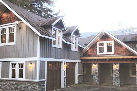 Kootenay Lake Lodge-Lakefront Mountain Retreat!