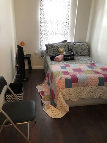Adorable room in Astoria - 20 mins to Manhattan!