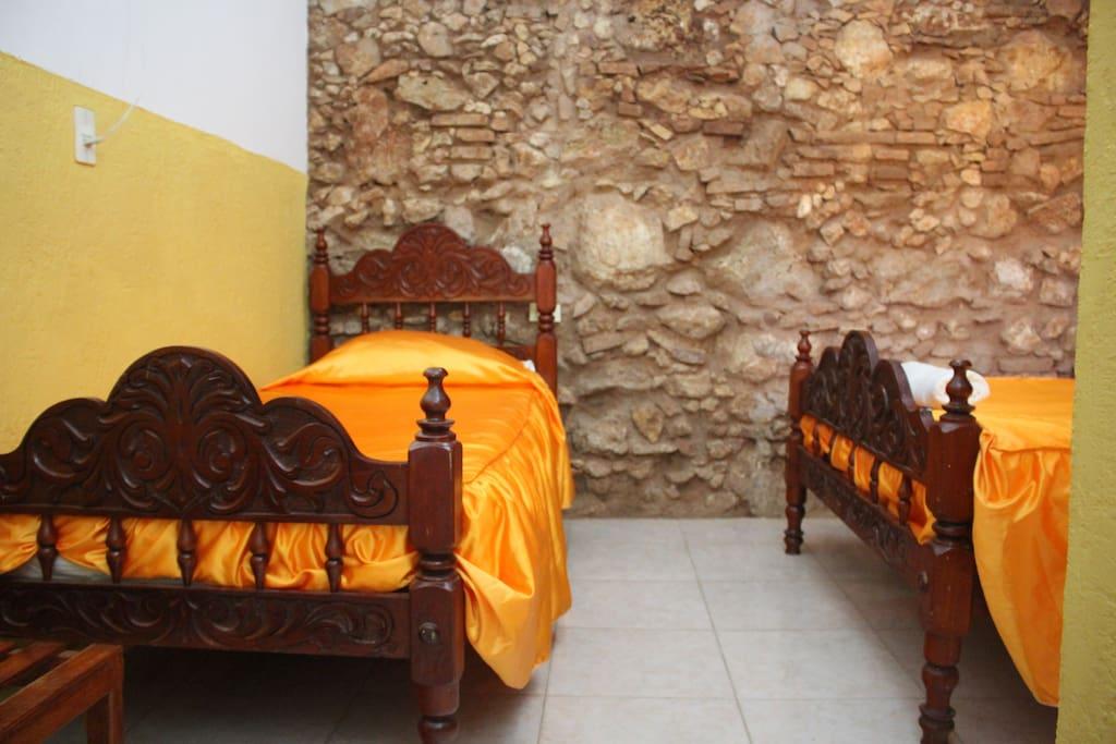 Dormitorio climatizado con aire acondicionado,ventilador,servicio de agua caliente las 24 horas,baño privado,closet y caja fuerte.